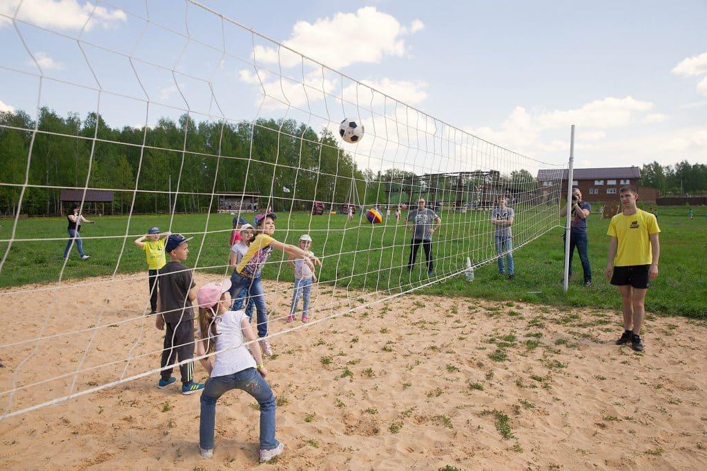 """Волейбольная площадка в детском лагере """"Эволюция"""""""